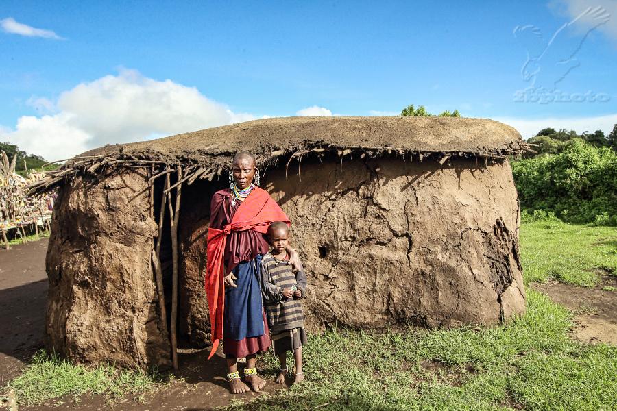 Masajská žena s potomkem
